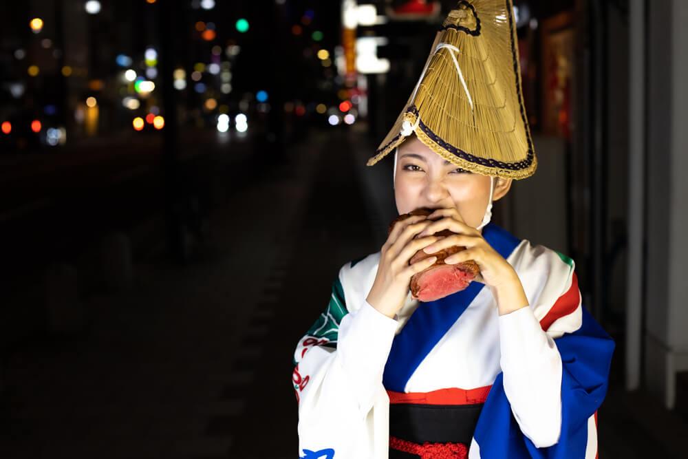 牛肉にかぶりつく阿波踊りの踊り子